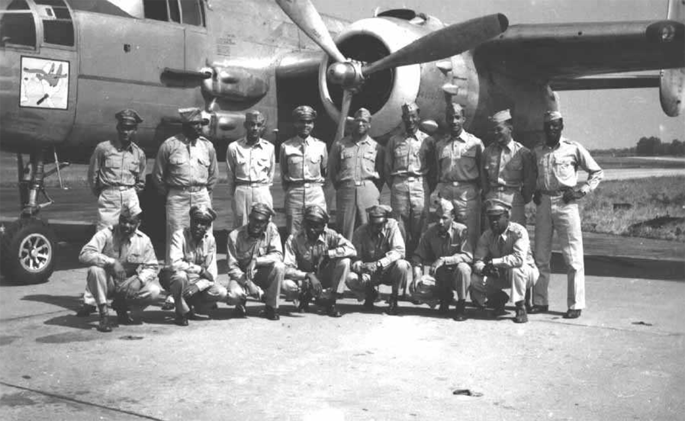 Pilots and ground officers of the 477th with one of their B-25 bombers. | Public domain